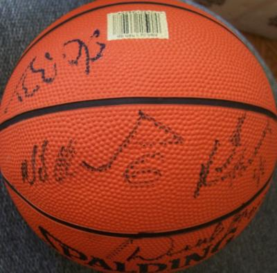 1996-97 Dallas Mavericks team autographed mini NBA basketball (Michael Finley Derek Harper)